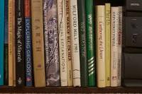 scaffale di libri